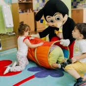 Минни и Микки в детском саду 015